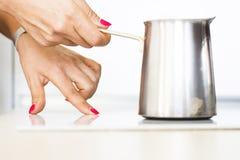 Mulher que faz o cofee da manhã Foto de Stock Royalty Free