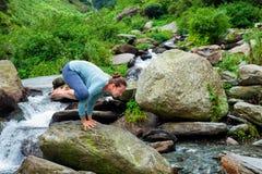 Mulher que faz o equilíbrio do braço do asana de Kakasana fora Imagens de Stock Royalty Free