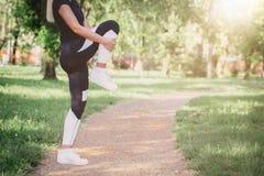 Mulher que faz o esticão para os pés Imagem de Stock