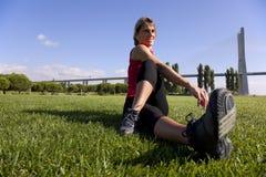Mulher que faz o exercício ao ar livre fotografia de stock