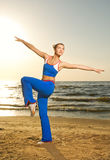 Mulher que faz o exercício da aptidão Fotos de Stock Royalty Free