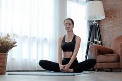Mulher que faz o exercício da IOGA em casa Foto de Stock Royalty Free