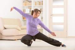Mulher que faz o exercício do qui do gongo TAI de qi Imagem de Stock