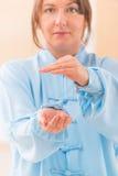 Mulher que faz o exercício do qui do gongo TAI de qi Imagem de Stock Royalty Free