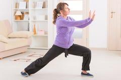 Mulher que faz o exercício do qui do gongo TAI de qi Fotografia de Stock Royalty Free