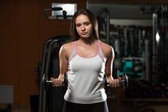 Mulher que faz o exercício para o bíceps Fotografia de Stock Royalty Free