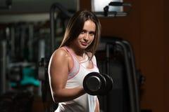 Mulher que faz o exercício para o bíceps Foto de Stock Royalty Free