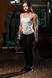 Mulher que faz o exercício para o bíceps Fotografia de Stock