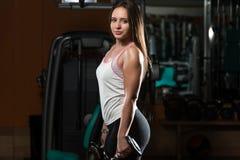 Mulher que faz o exercício pesado para o bíceps Imagens de Stock