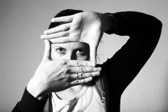 Mulher que faz o frame com suas mãos Fotografia de Stock Royalty Free