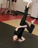 Mulher que faz o handstand do capoeira Fotografia de Stock