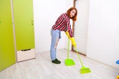 Mulher que faz o housework foto de stock