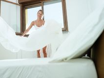Mulher que faz o housework foto de stock royalty free