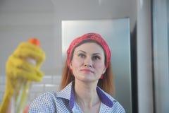 Mulher que faz o housework Dona de casa Portrait While Cleaning Foto através do vidro imagem de stock royalty free