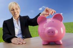 Mulher que faz o investimento verde Fotos de Stock Royalty Free