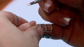 mulher que faz o manicure vídeos de arquivo