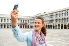 Mulher que faz o selfie no marco de san da praça em Veneza Fotos de Stock