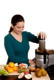 Mulher que faz o suco de fruta Fotos de Stock Royalty Free