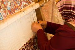 Mulher que faz o tapete Imagem de Stock