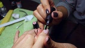 Mulher que faz o tratamento de mãos, close-up das mãos video estoque