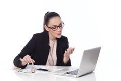 Mulher que faz o tratamento de mãos no escritório Imagens de Stock