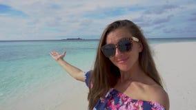 Mulher que faz o vídeo do auto e que mostra pouca ilha no oceano em Maldivas filme