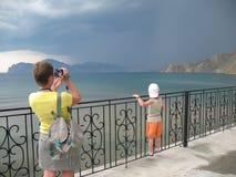 Mulher que faz o vídeo do temporal no mar imagens de stock royalty free
