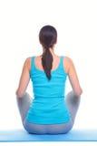 Mulher que faz a opinião traseira da ioga imagens de stock