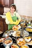 Mulher que faz os pratos imagens de stock