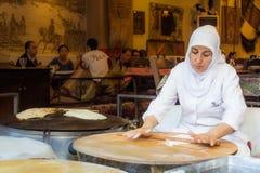 Mulher que faz pães árabes fotos de stock royalty free