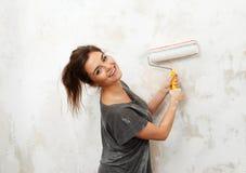 Mulher que faz a pintura de parede Imagens de Stock Royalty Free