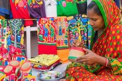 Mulher que faz produtos do artesanato Fotografia de Stock Royalty Free