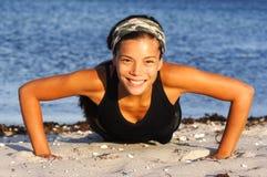 Mulher que faz push-ups Fotografia de Stock