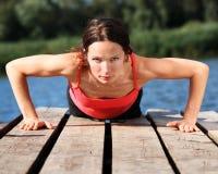 Mulher que faz push-ups Foto de Stock