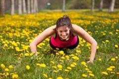 Mulher que faz pushups Fotografia de Stock Royalty Free