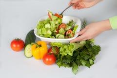 Mulher que faz a salada Fotografia de Stock Royalty Free