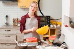 Mulher que faz a sobremesa doce na cozinha culinary fotografia de stock royalty free