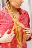 Mulher que faz a trança no cabelo louro imagens de stock royalty free