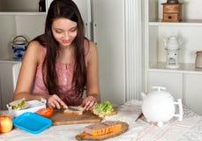 Mulher que faz uma cesta de comida imagens de stock