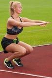 Mulher que faz uma ocupa da curvatura do joelho Imagens de Stock Royalty Free