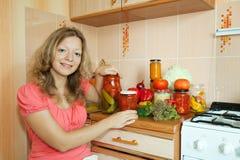 Mulher que faz vegetais conservados Fotografia de Stock Royalty Free
