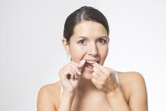 Mulher que flossing seus dentes imagem de stock royalty free