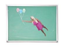 Mulher que flutua com balões do giz Imagem de Stock