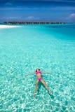 Mulher que flutua em águas tropicais fotos de stock