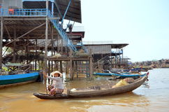 Mulher que flutua em um barco construído no lago sap de Tonle Imagens de Stock
