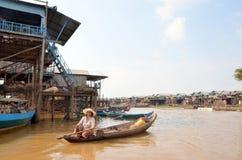 Mulher que flutua em um barco construído no lago sap de Tonle Fotografia de Stock