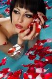 Mulher que flutua na piscina Imagem de Stock