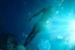 Mulher que flutua no oceano foto de stock royalty free