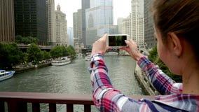 Mulher que fotografa a arquitetura da cidade do negócio Arranha-céus da cidade da fotografia da mulher vídeos de arquivo