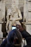 Mulher que fotografa a estátua de Moses por Michelangelo Fotografia de Stock